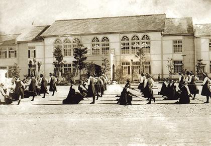 長崎純心高等女学校の美しい校舎と生徒たち